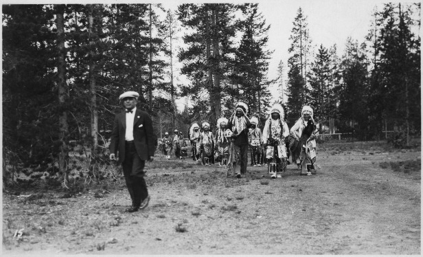 Opening_Yellowstone_National_Park._Mr._LaVatta_led_in_a_group_of_Indians_in_costume._-_NARA_-_298653